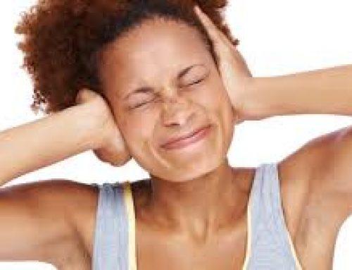 Vrouw met piepen in haar oren